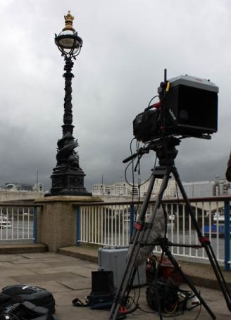 Daylight Teleprompter battery-powered outside - foggy day - statue in background